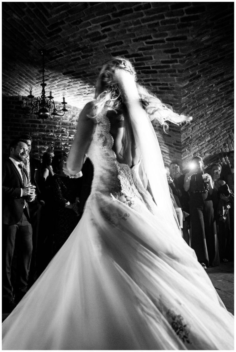 Hochzeitstanz im Gewölbekeller von Schloss Hertefeld in Weeze