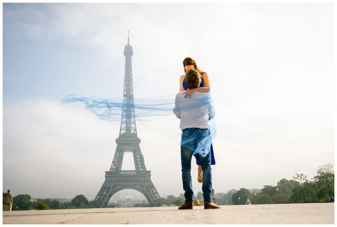 Paarshooting in Paris, das Par küsst sich vor dem Eiffelturm.