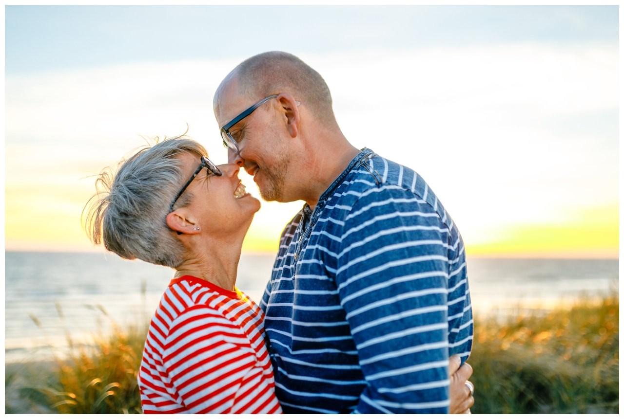 Paarshooting auf Sylt - das Brautpaar schaut sich verliebt in die Augen