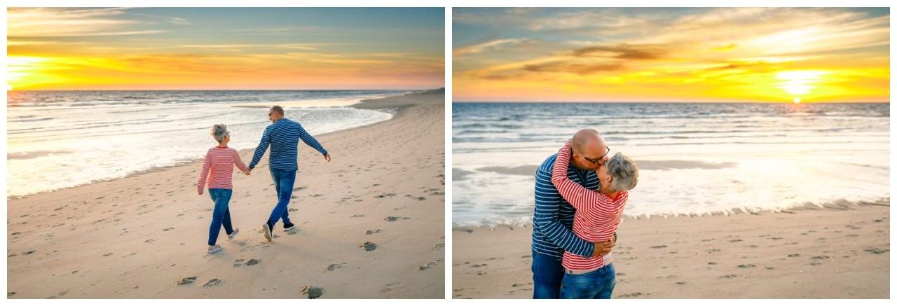 Paarshooting am Strand, das verliebte Paar kuschelt am Strand