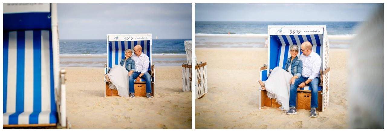 Bei ihrer Hochzeit auf Sylt sitzen Braut und Bräutigam im Strandkorb.