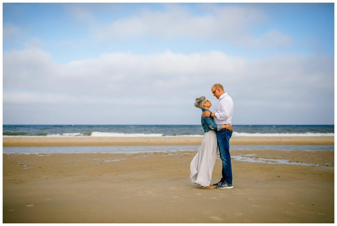 Das Brautpaar steht am Strand von Sylt vor der Hochzeit.