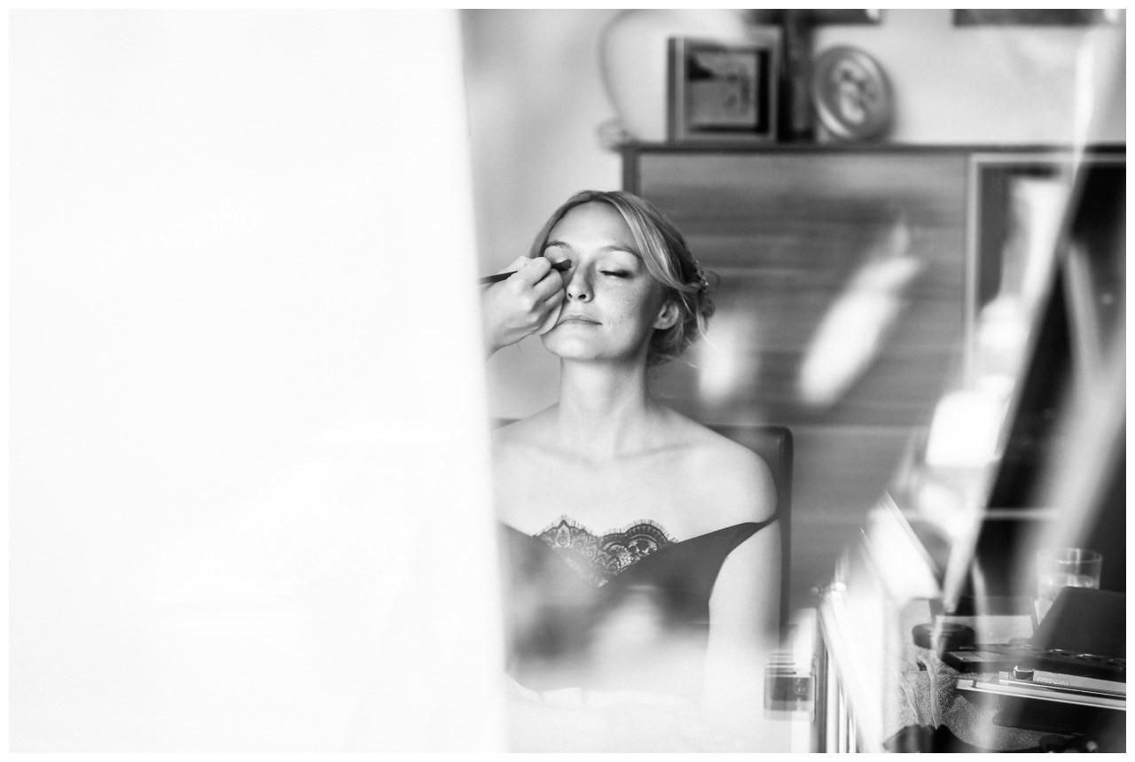 Die Braut bekommt vor ihrer Hochzeit das Braut Make Up.