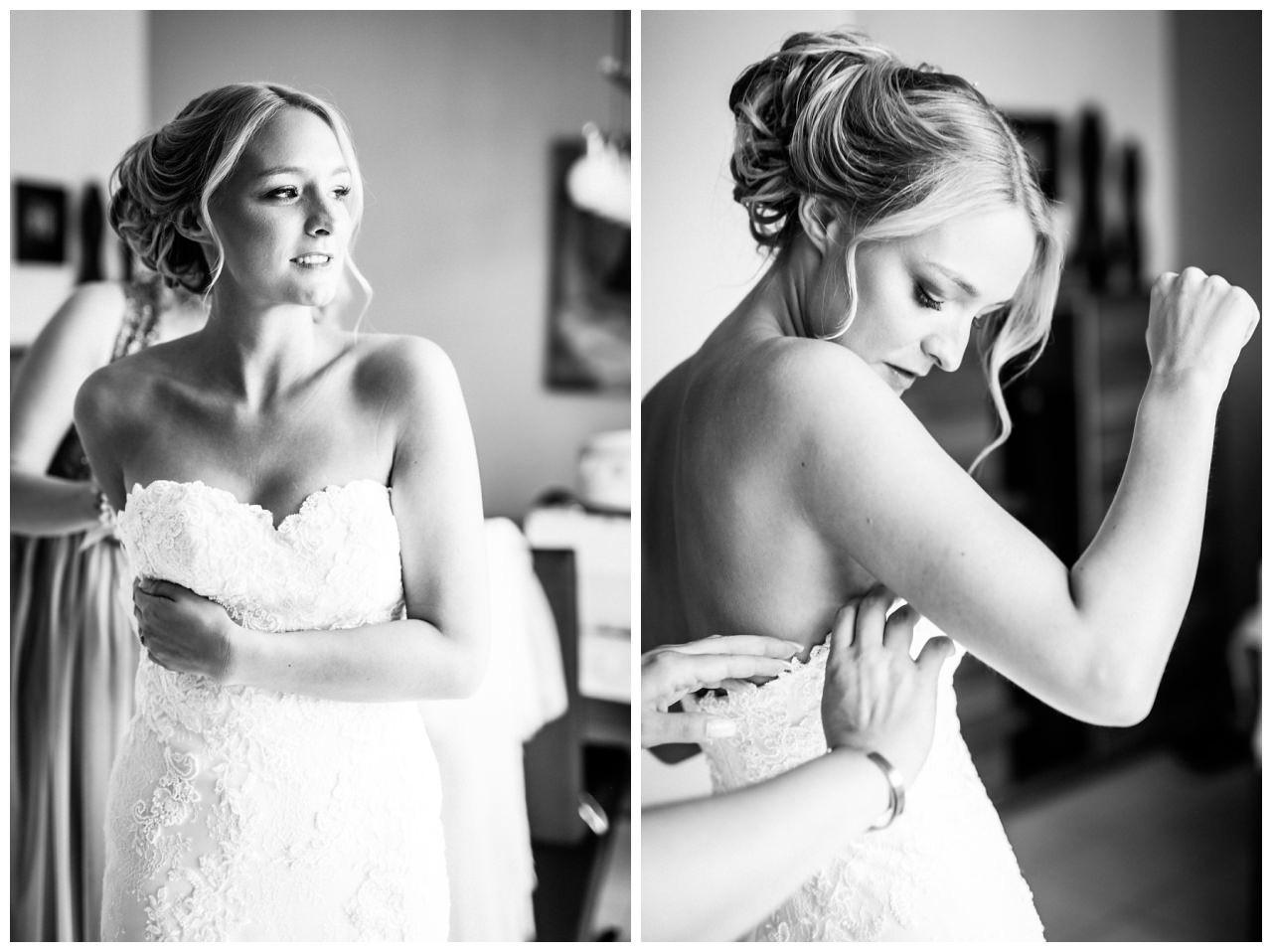 Die Braut zieht vor der Hochzeit in Köln Fühling ihr Brautkleid an.