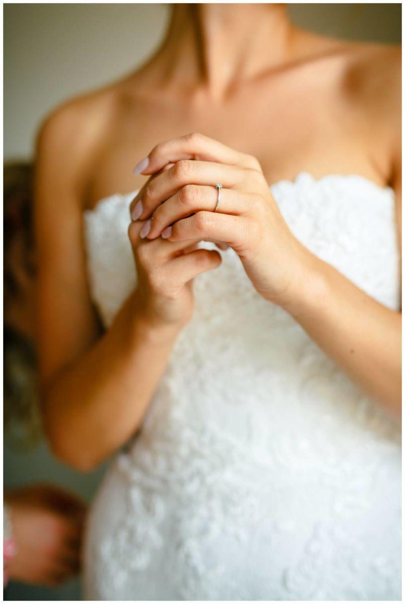Getting Ready Vor der Hochzeit in Köln. man sieht die Hände der Braut mit dem Verlobungsring.