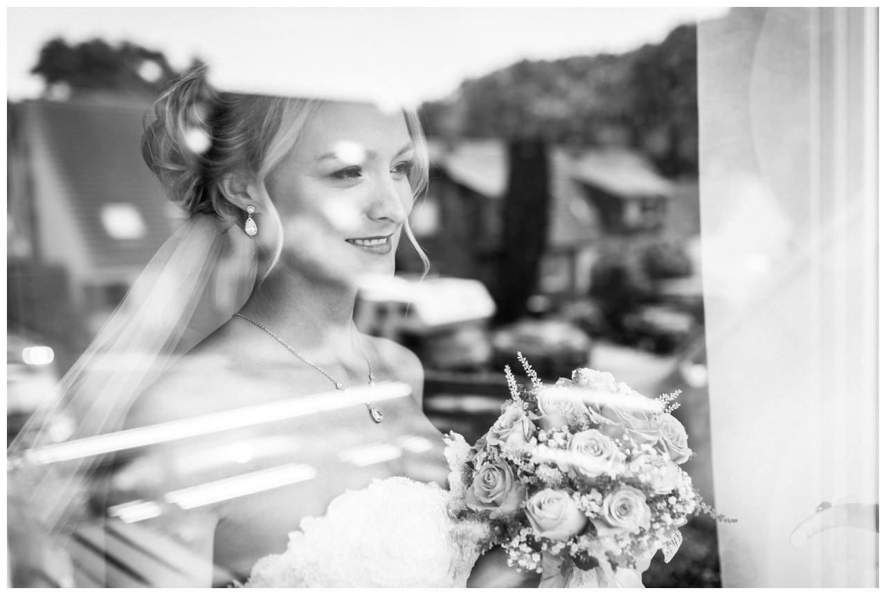 Brautportrait vor der Hochzeit im Seepavillon Fühlinger See.