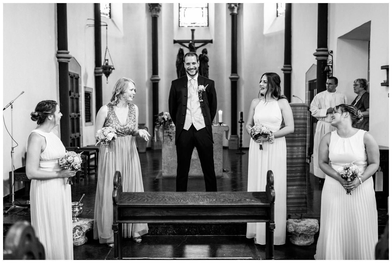 Der Bräutigam und die Brautjungfern warten auf die Braut in der Kirche in Köln.