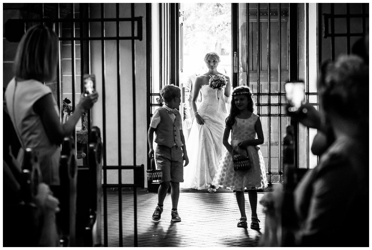 Die Braut kommt bei der Hochzeit in Köln in die Kirche.
