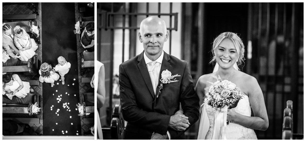 Die Braut und der Brautvater laufen in die Kirche ein.