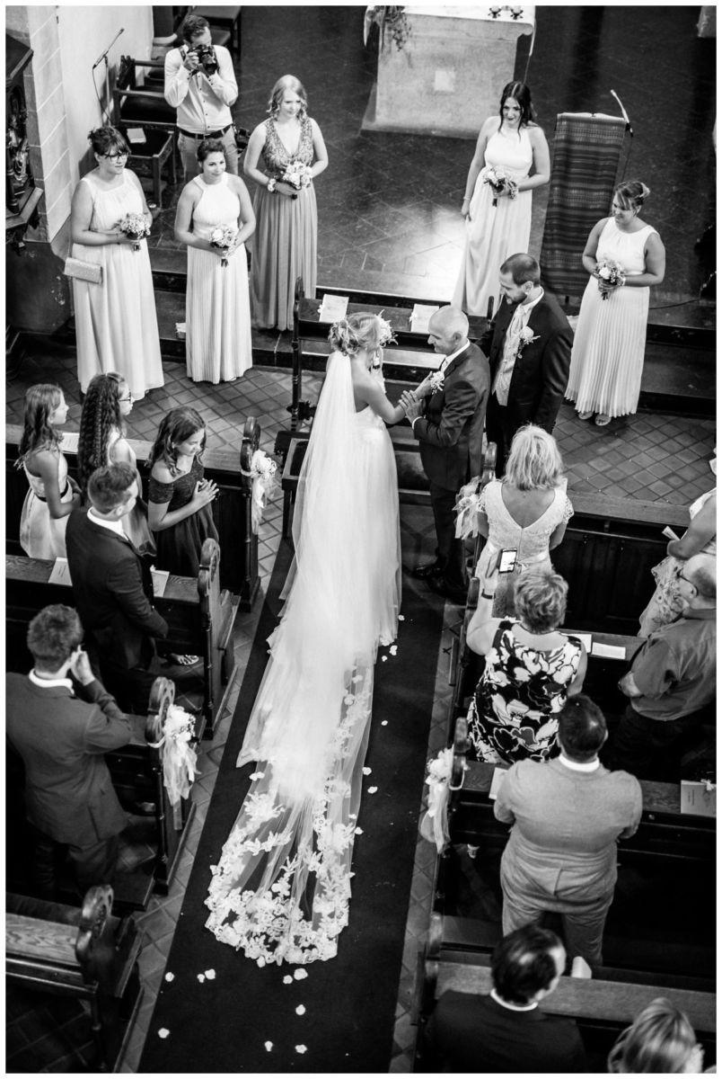 Einzug der Braut von Oben in der Kirche in Köln.
