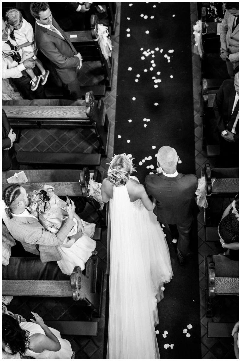 Die Braut und der Brautvater beim Einzug in die Kirche von oben.