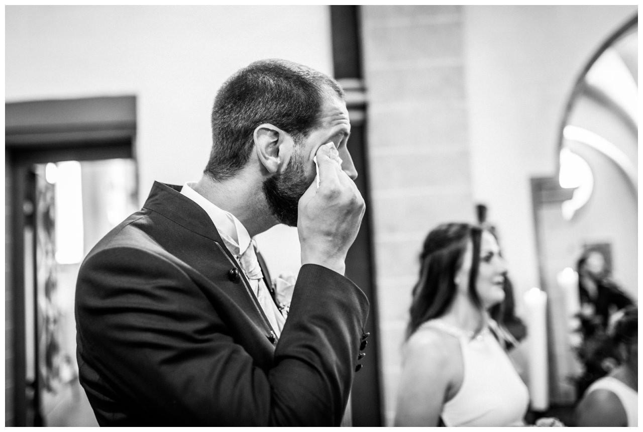 Der Bräutigam weint beim Einzug der Braut.