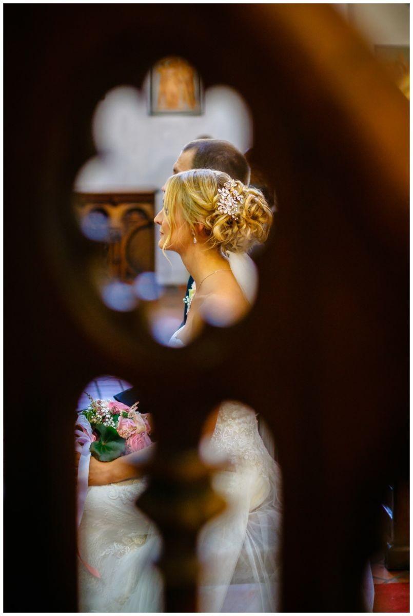 Kirchliche Hochzeit in Köln, das Brautpaar sitzt am Altar.