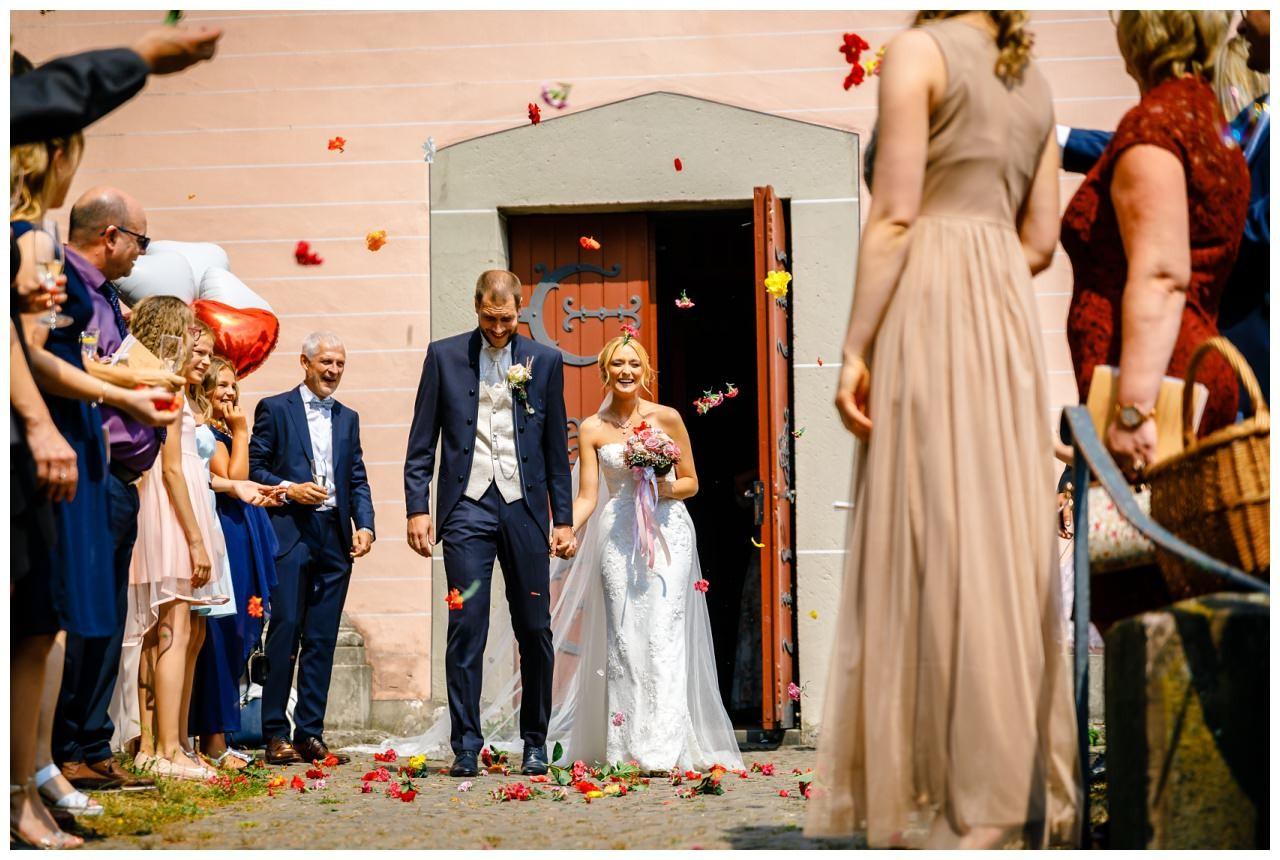 Braut und Bräutigam kommen aus der Kirche bei der Hochzeit in Köln.