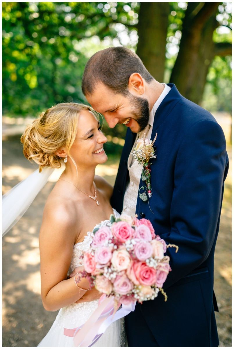 Braut und Bräutigam bei der Hochzeit in Köln.