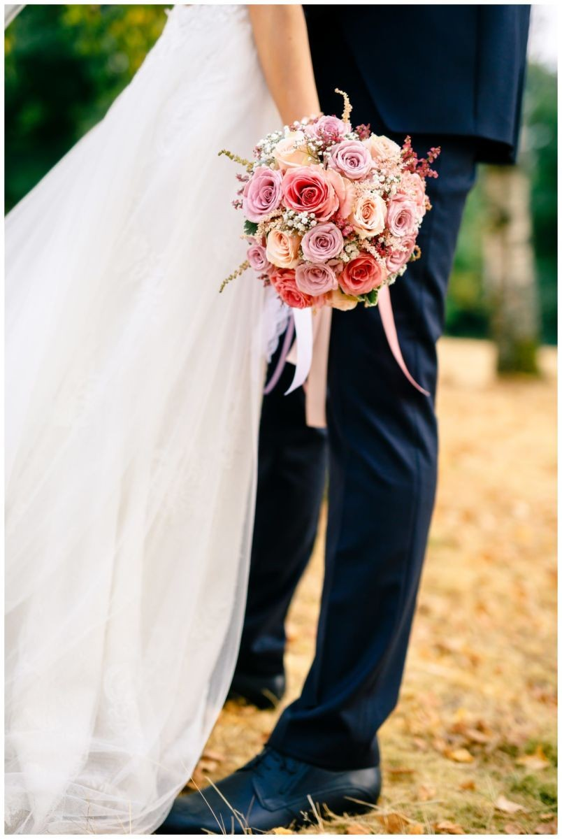 Brautstrauß in rosa und Flieder bei der Hochzeit in Köln.