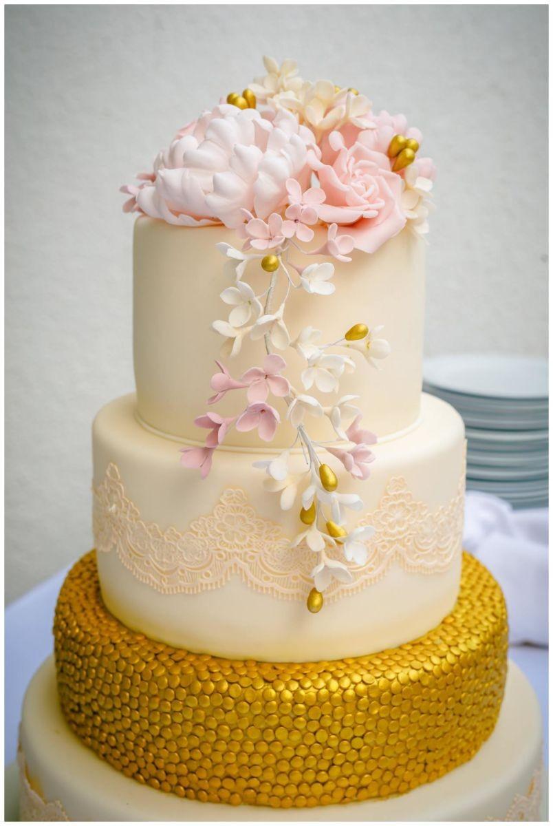 Hochzeitstorte in Rosa und Weiß.