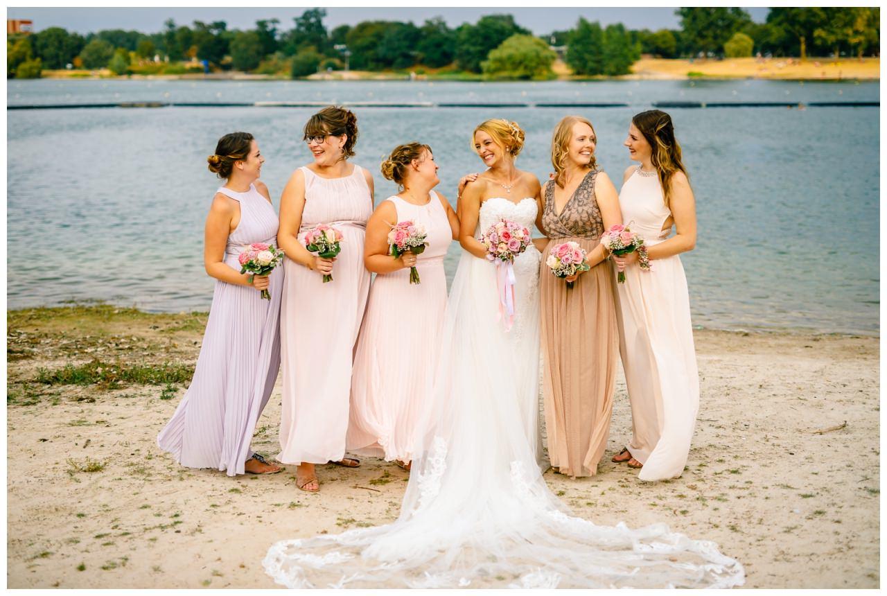 Foto mit den Brautjungfern zur Hochzeit am Seepavillon Fühlinger See.