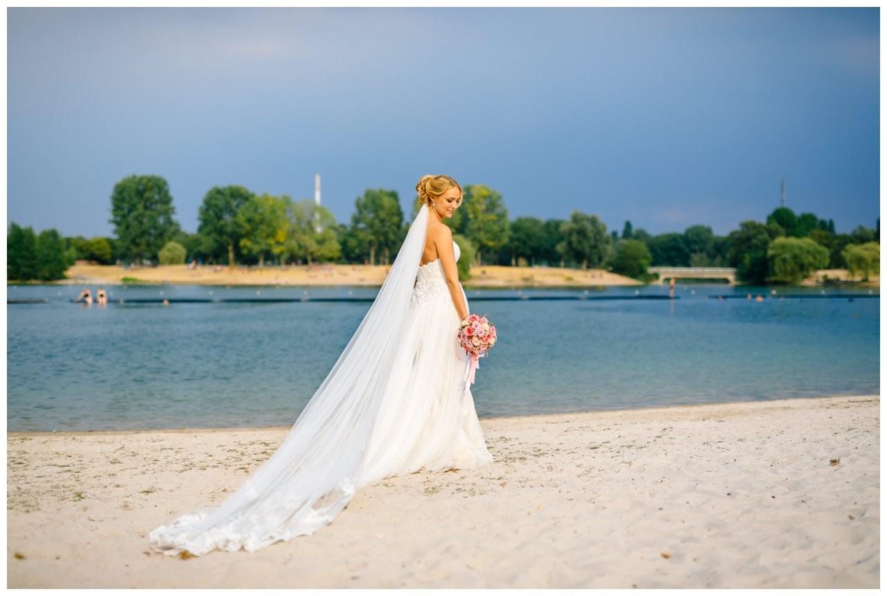 Brautfoto am See in Köln.