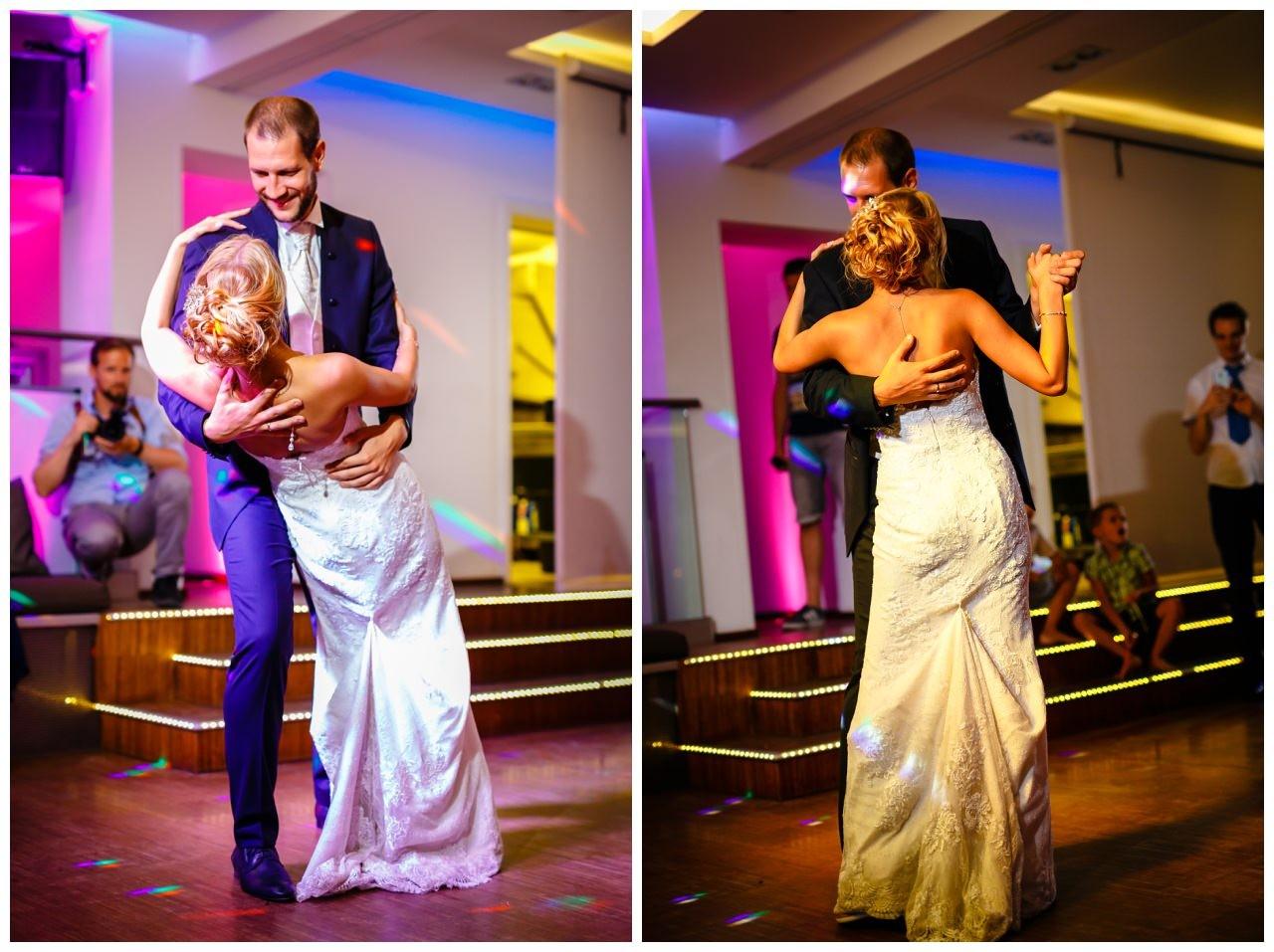 Hochzeitstanz bei der Hochzeit im Seepavillon Fühlinger See in Köln, das Brautpaar ist eng umschlungen.