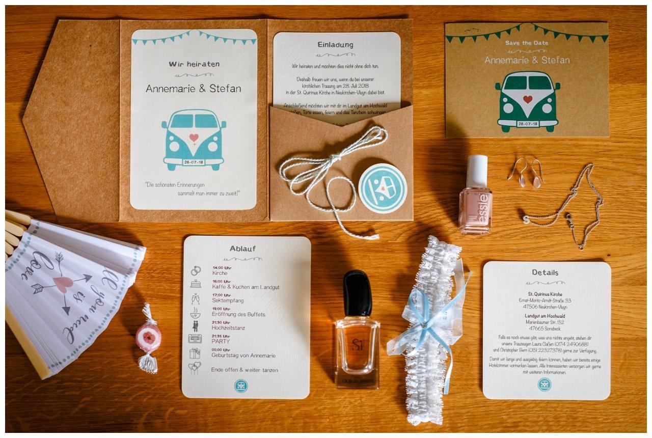Die Papeterie Hochzeitseinladung aus Kraftpapier mit den Detail Accessoires der Braut vor der Hochzeit.