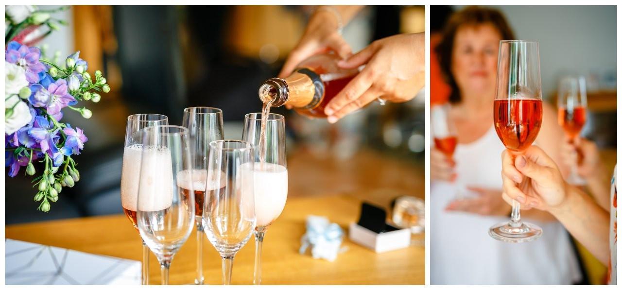 Das Team Bride trinkt Sekt beim Getting Ready vor der Hochzeit.