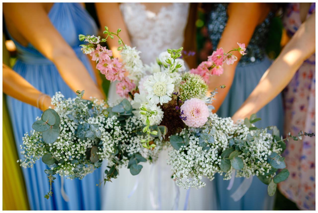 Kleine Blumensträuße für die Brautjungfern.