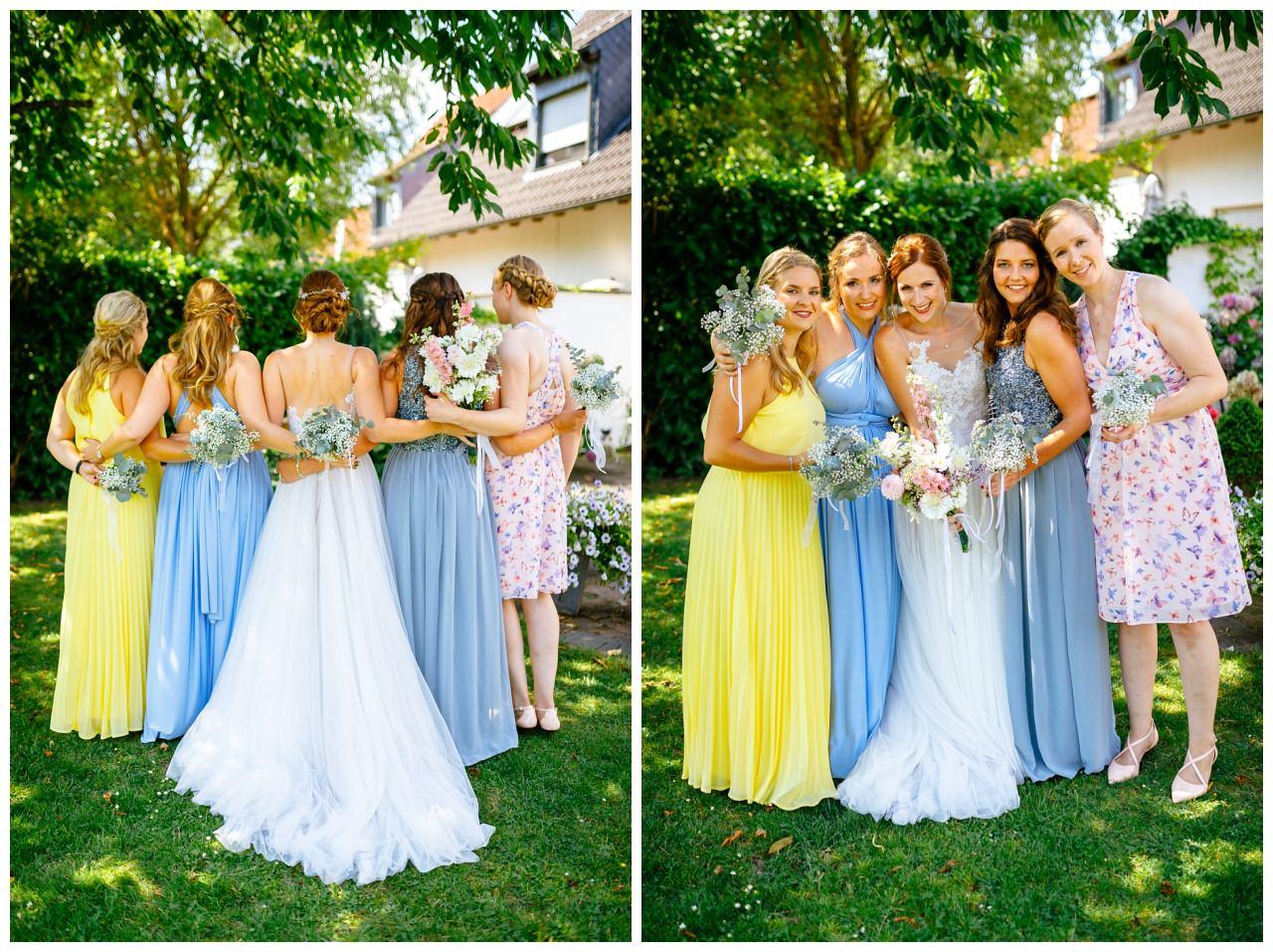Die Brautjungfern in bunten Brautjungfernkleidern vor der Hochzeit im Landgut am Hochwald.