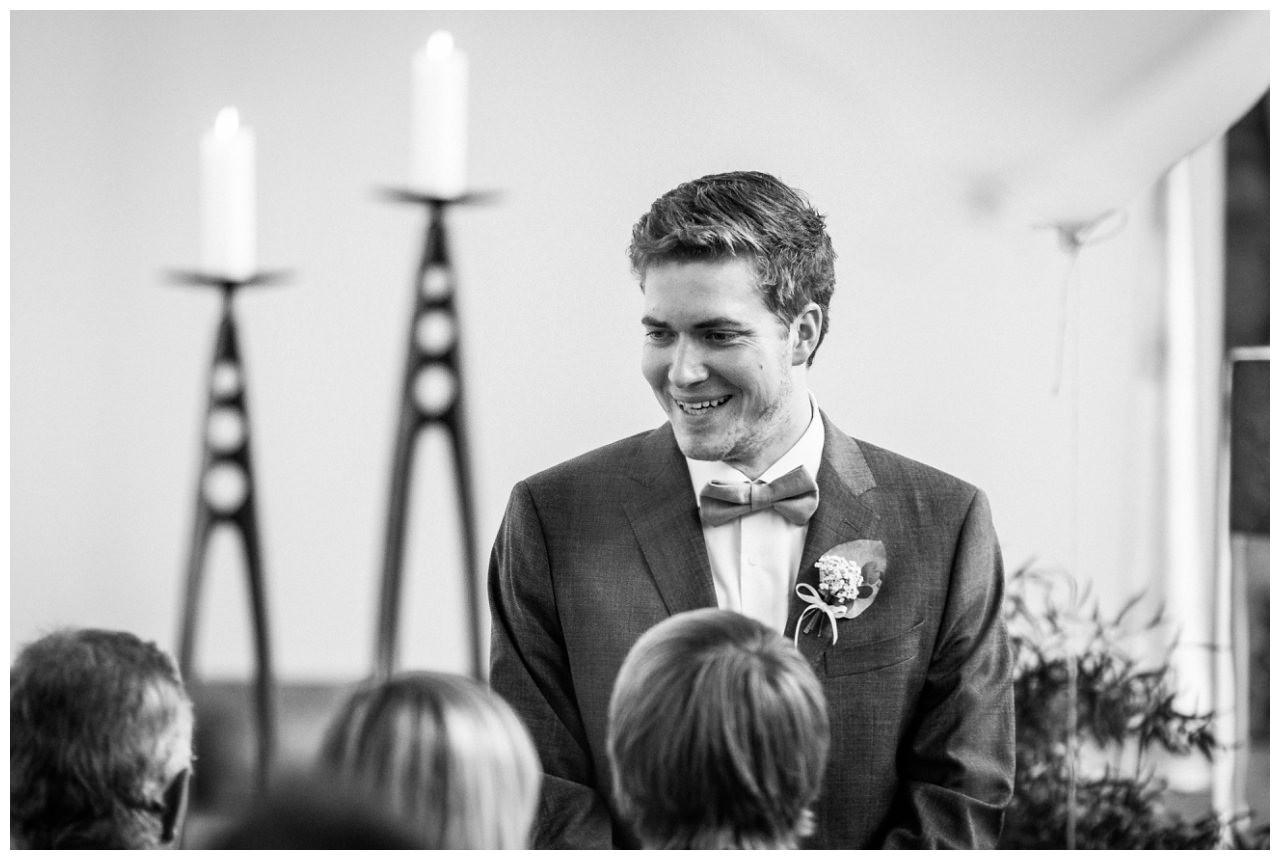 Der Bräutigam wartet am Altar auf seine Braut.