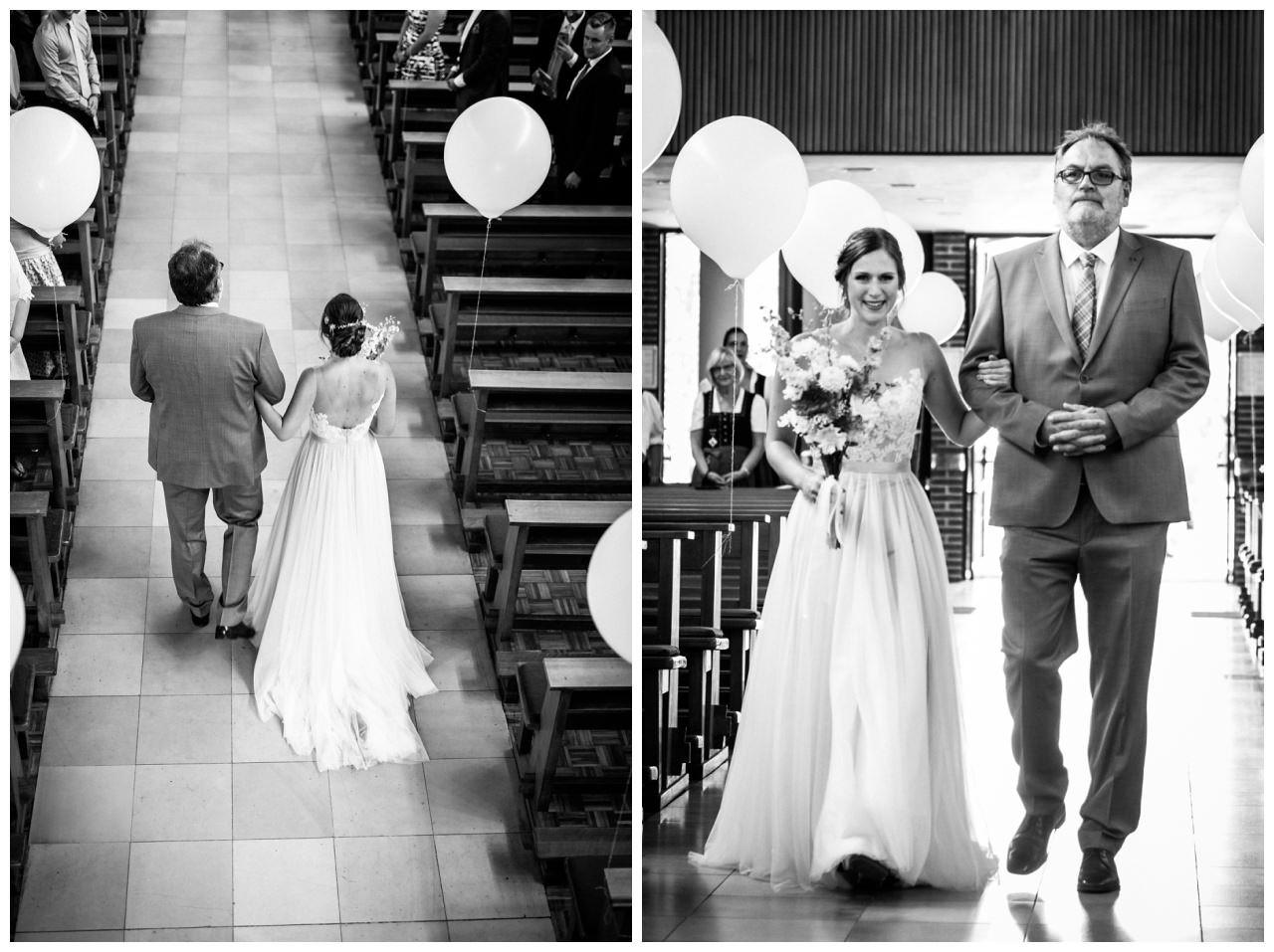 Die Braut wird von ihrem Brautvater in die Kirche geführt.