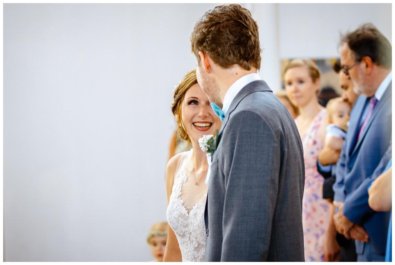 Die Braut strahlt in der Kirche den Bräutigam an.