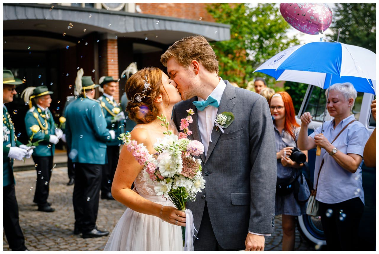 Das Brautpaar verlässt die Kirche bei der Hochzeit in Neukirchen.