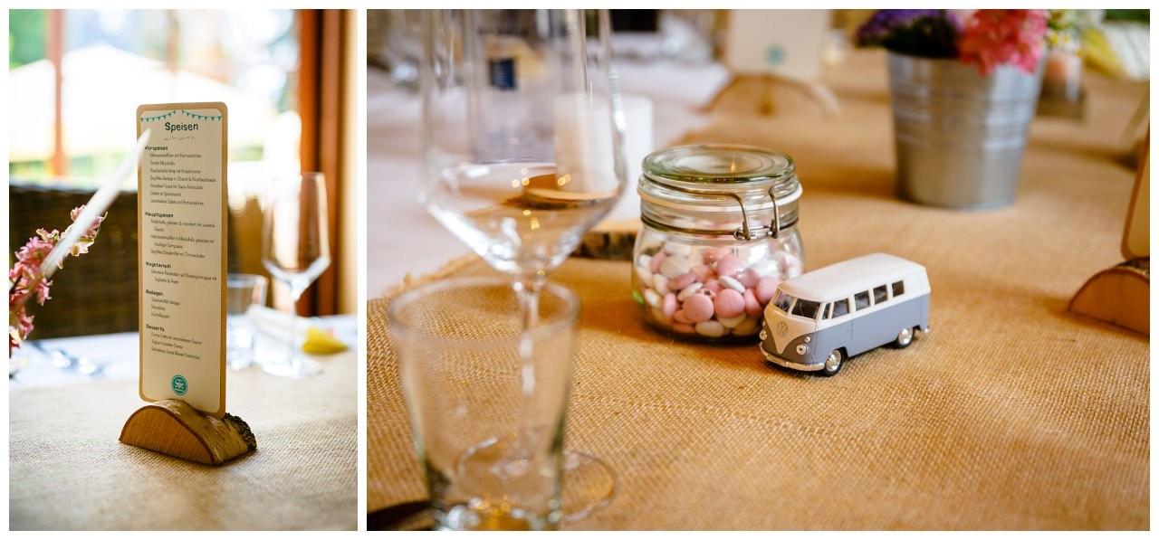 Tischdekoration mit kleinen VW Bullis bei der Hochzeit in Sonsbeck.