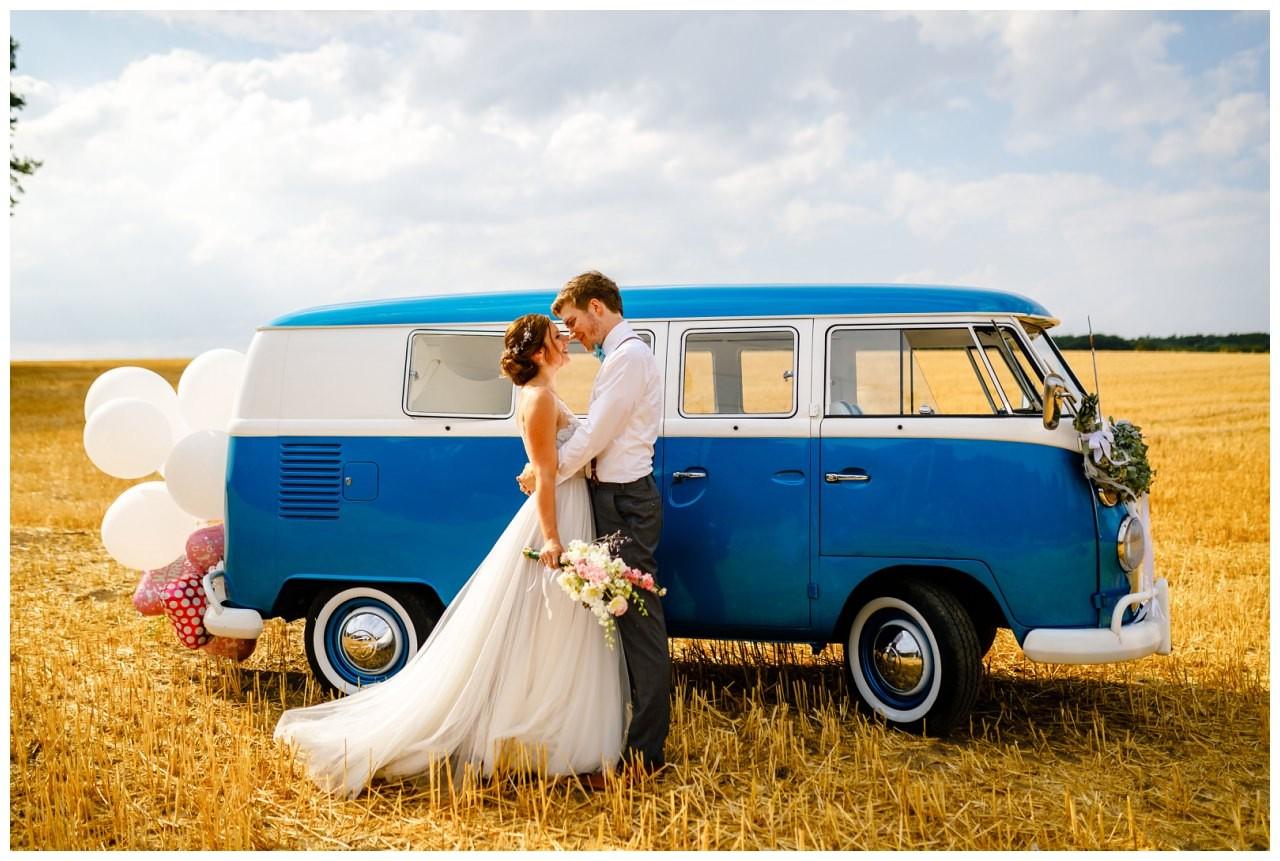 Hochzeitsfotos in Sonsbeck mit einem alten VW Bulli.