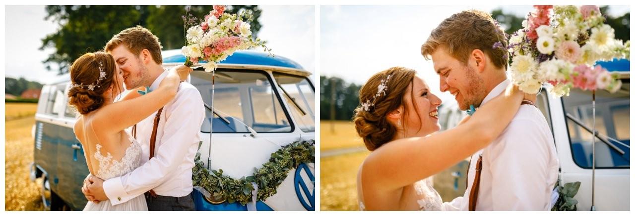 Hochzeitsbilder im Kornfeld mit einem alten VW Bulli.
