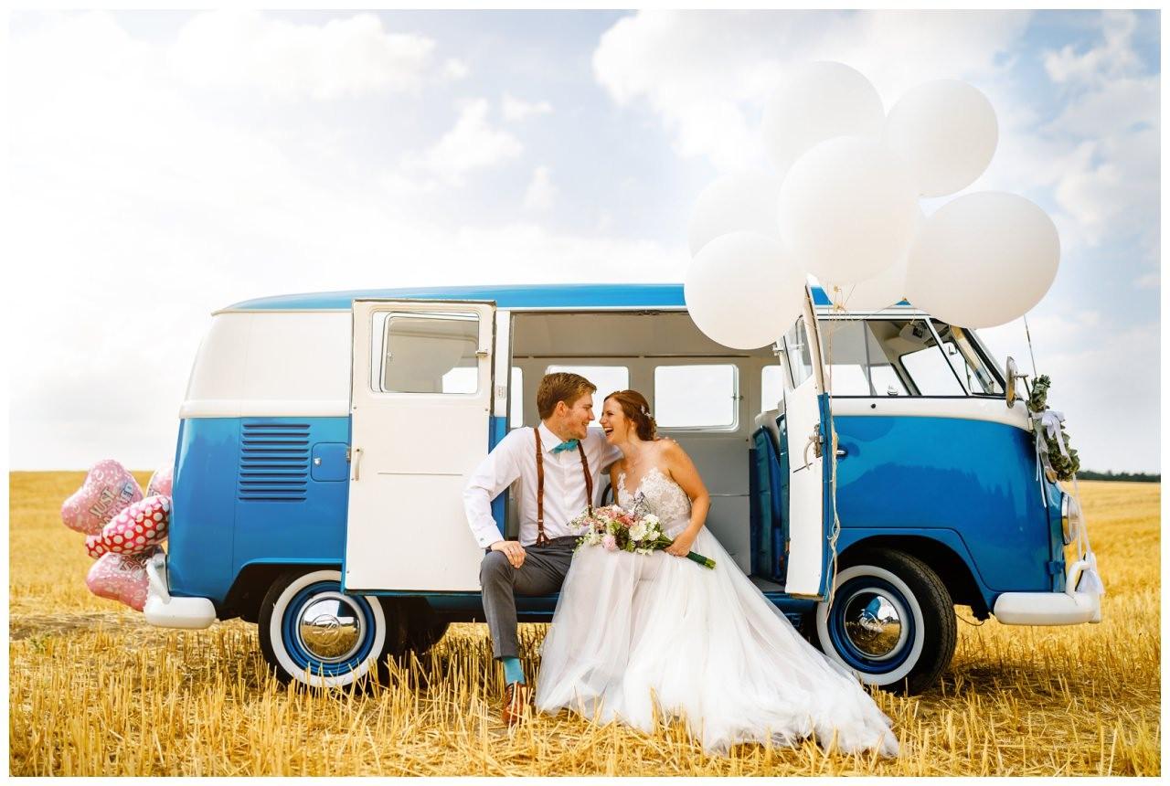 Hochzeitsbil in einem alten VW Bulli bei der Vintage Hochzeit im Kornfeld.