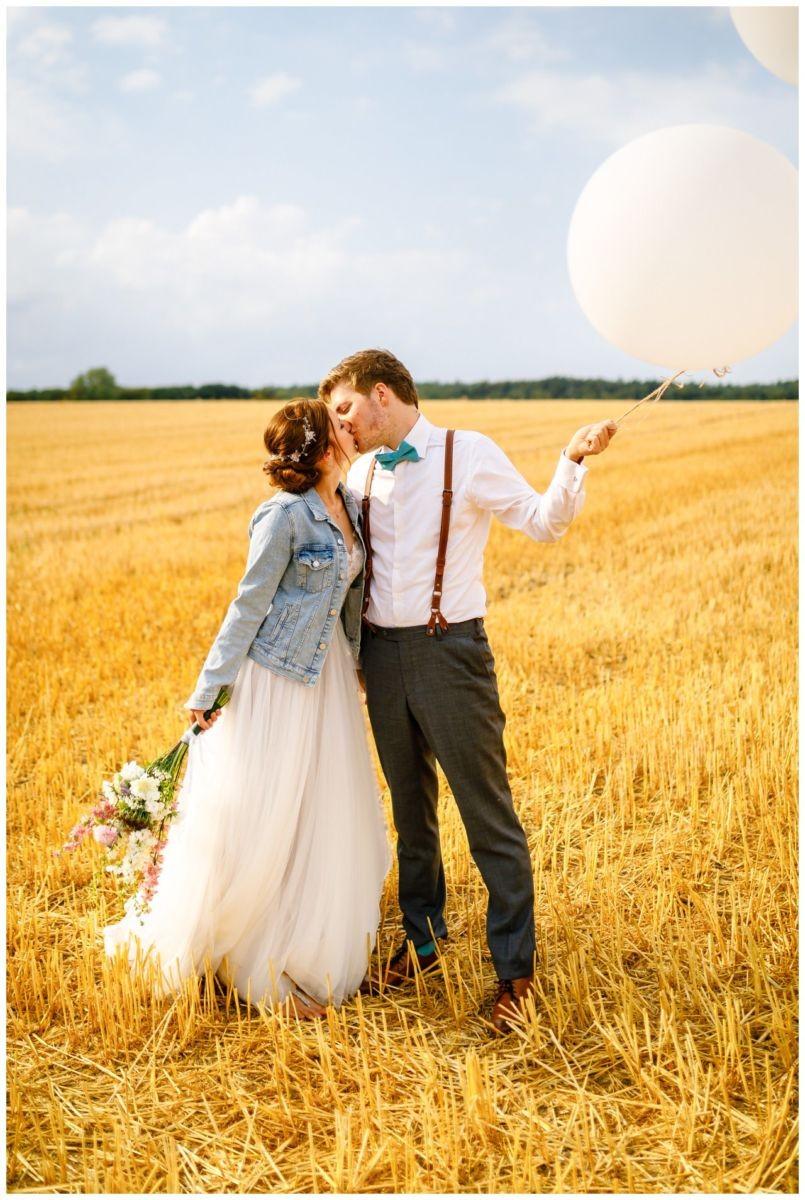 Hochzeitsfoto in Jeansjacke bei der Hochzeit in Sonsbeck.
