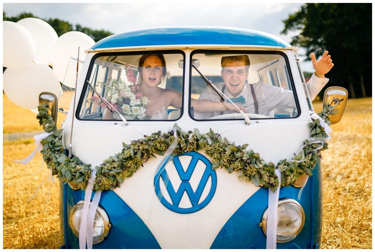 Hochzeitsfoto in einem alten VW Bulli bei der Hochzeit in Sonsbeck.