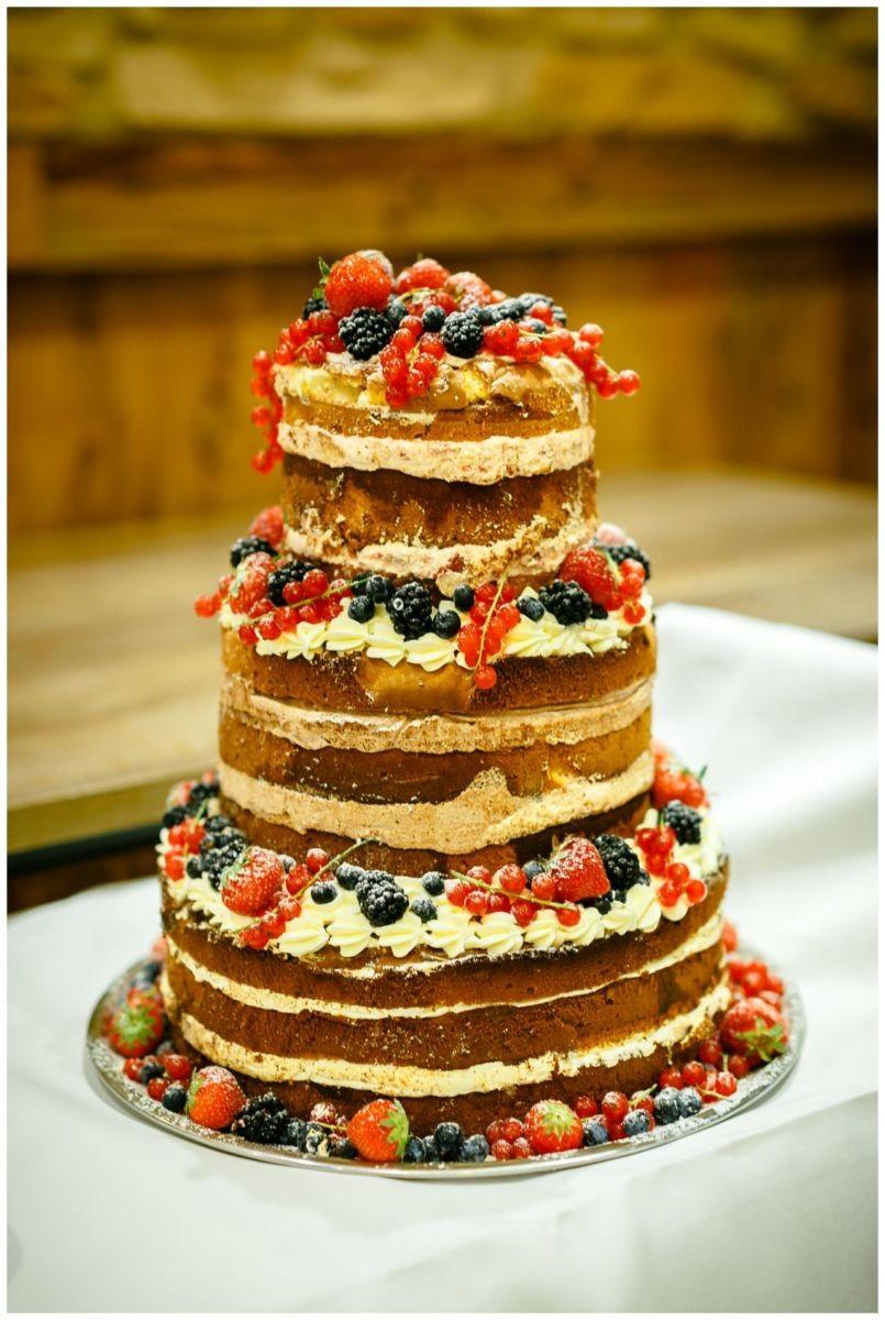 Die Hochzeitstorte, ein Naked Cake, bei der Hochzeit im Landgut am Hochwald.