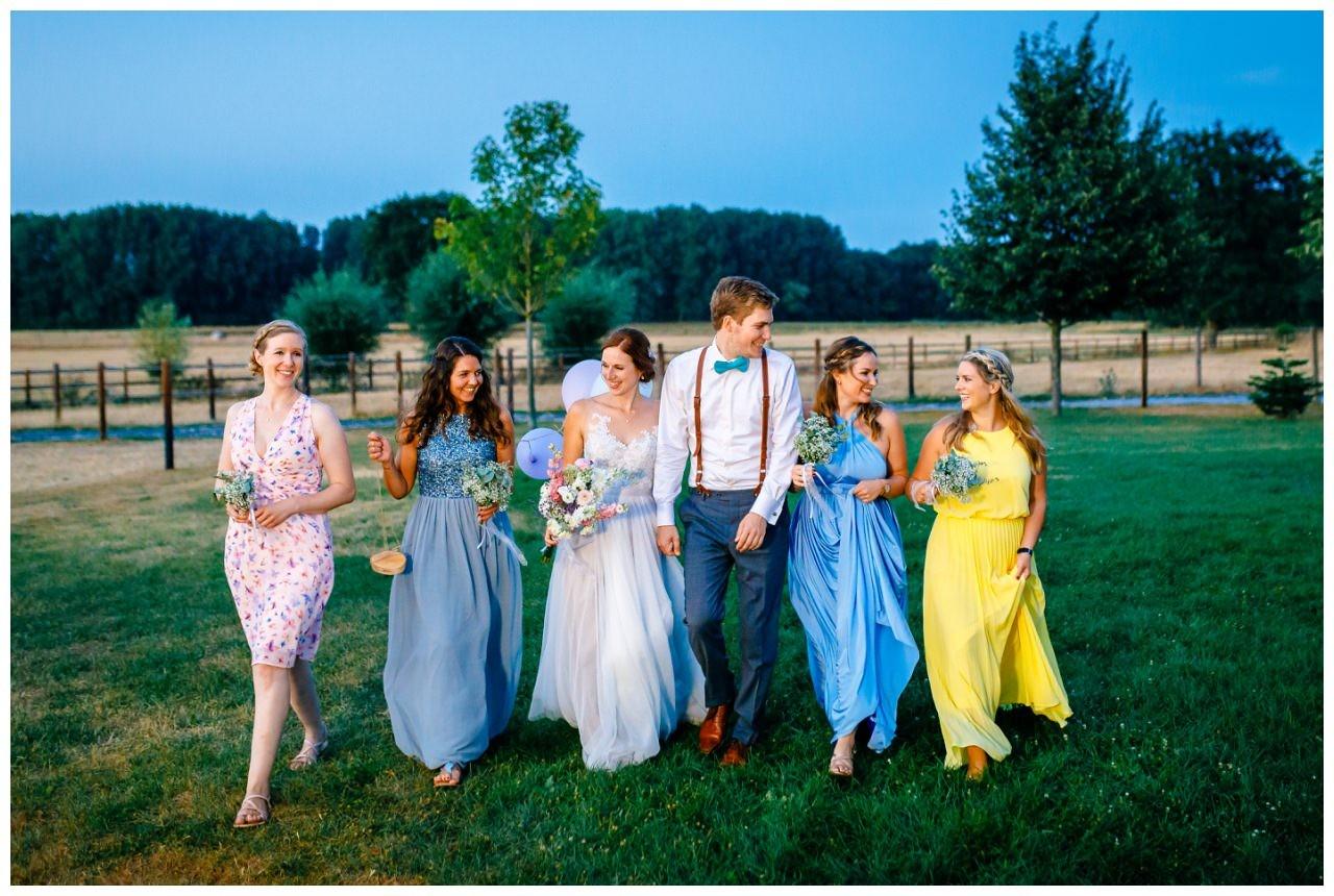 Bild mit den Brautjungfern in ganz bunten Kleidern.