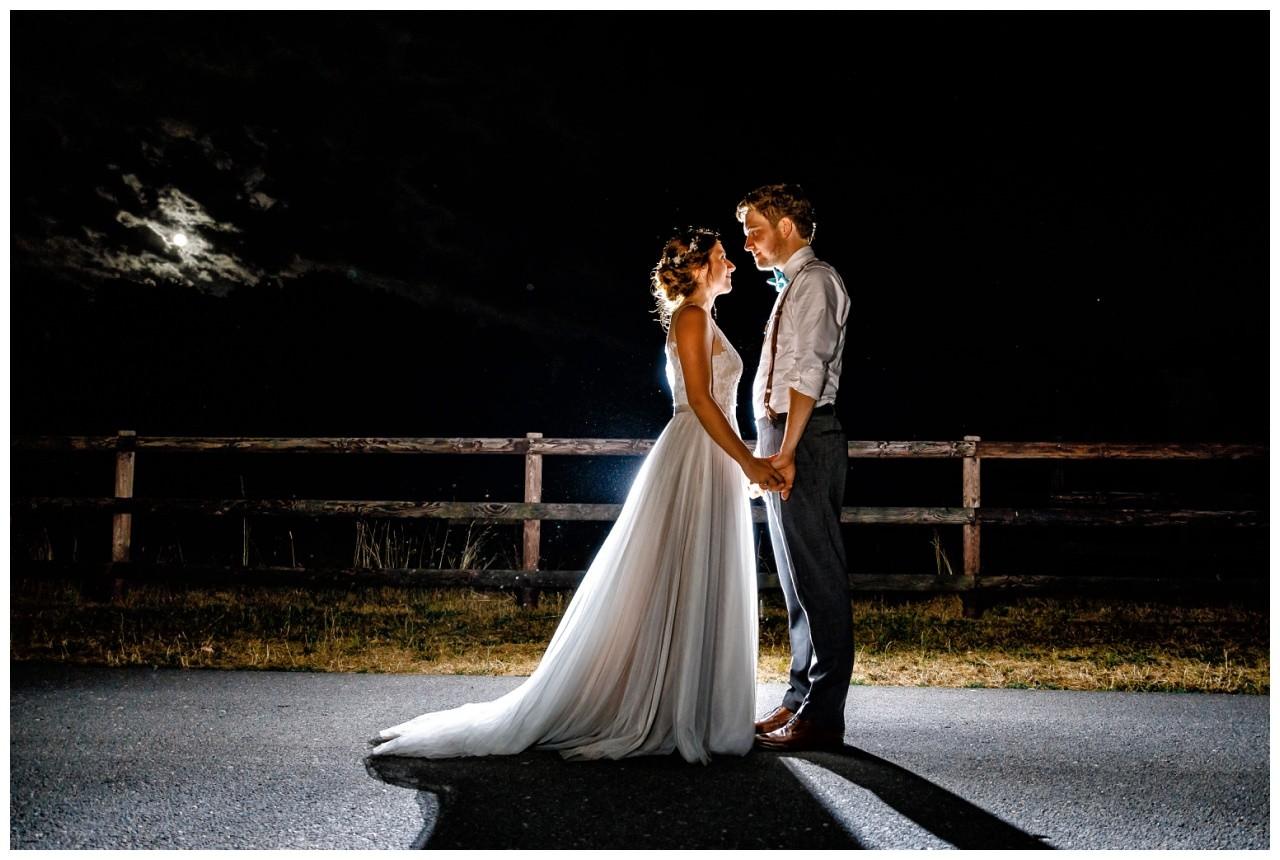 Hochzeitsbild bei Nacht bei der Hochzeit im Landgut am Hochwald.