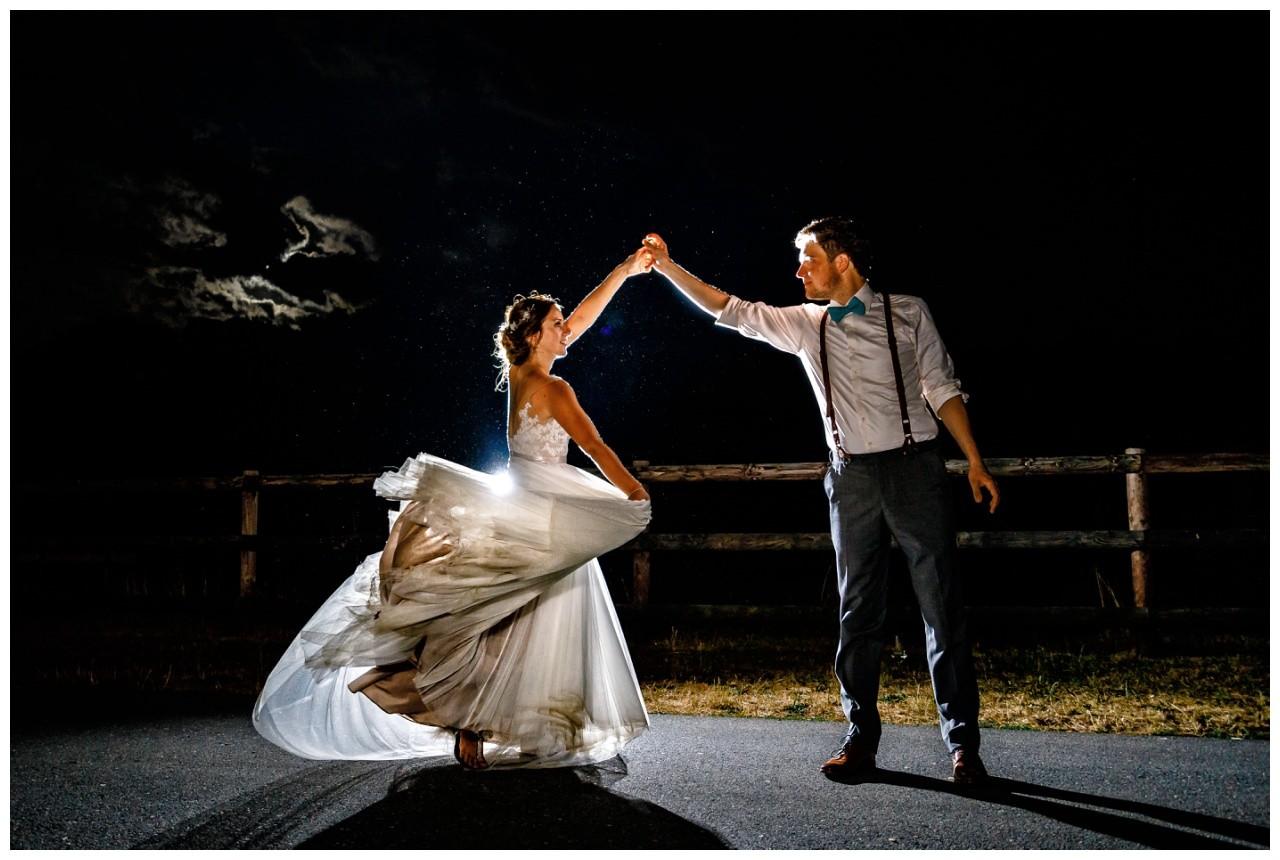 Das Brautpaar tanzt im Mondschein bei der Hochzeit auf Gut Sonsbeck