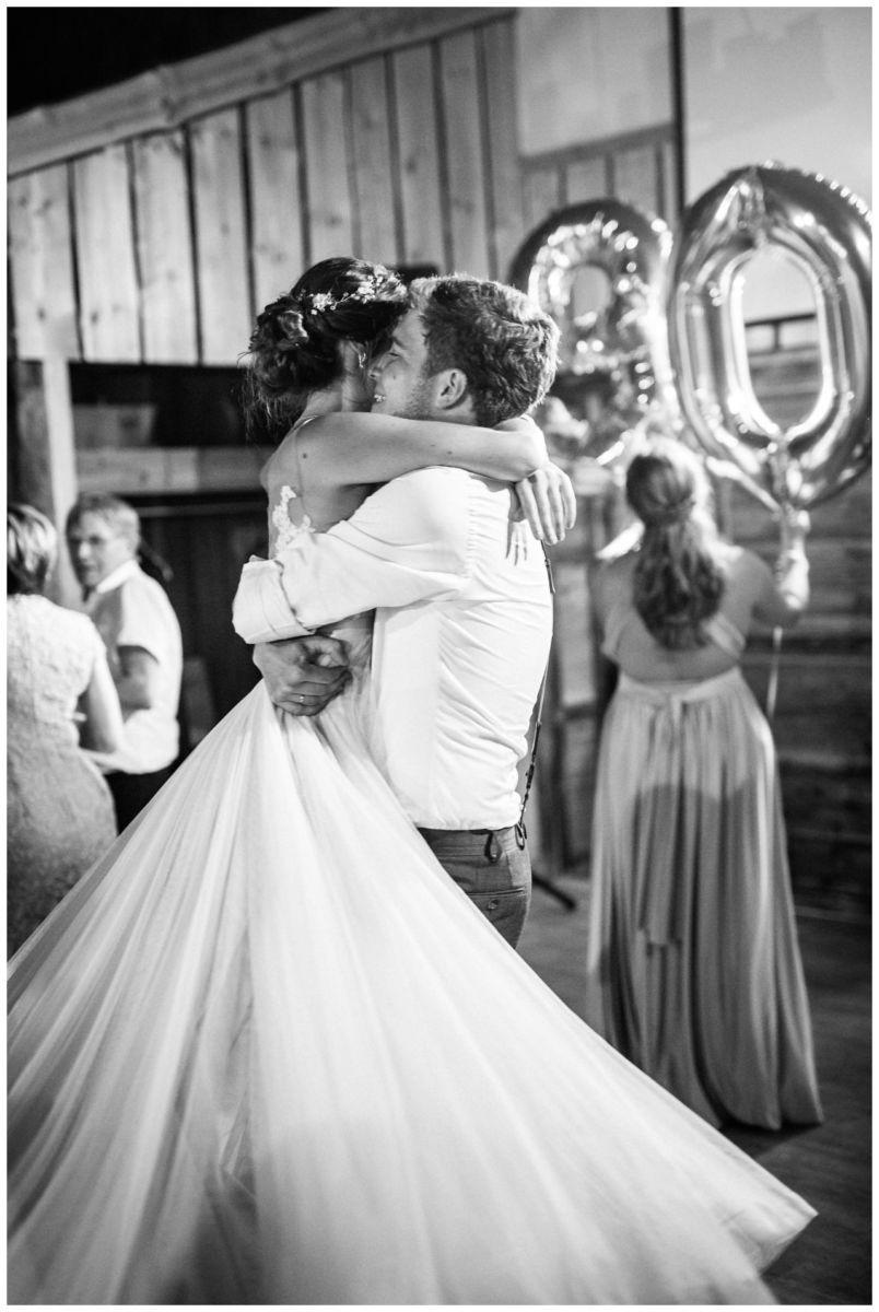 Das Brautpaar umarmt sich auf der Tanzfläche im Gut am Hochwald in Sonsbeck.