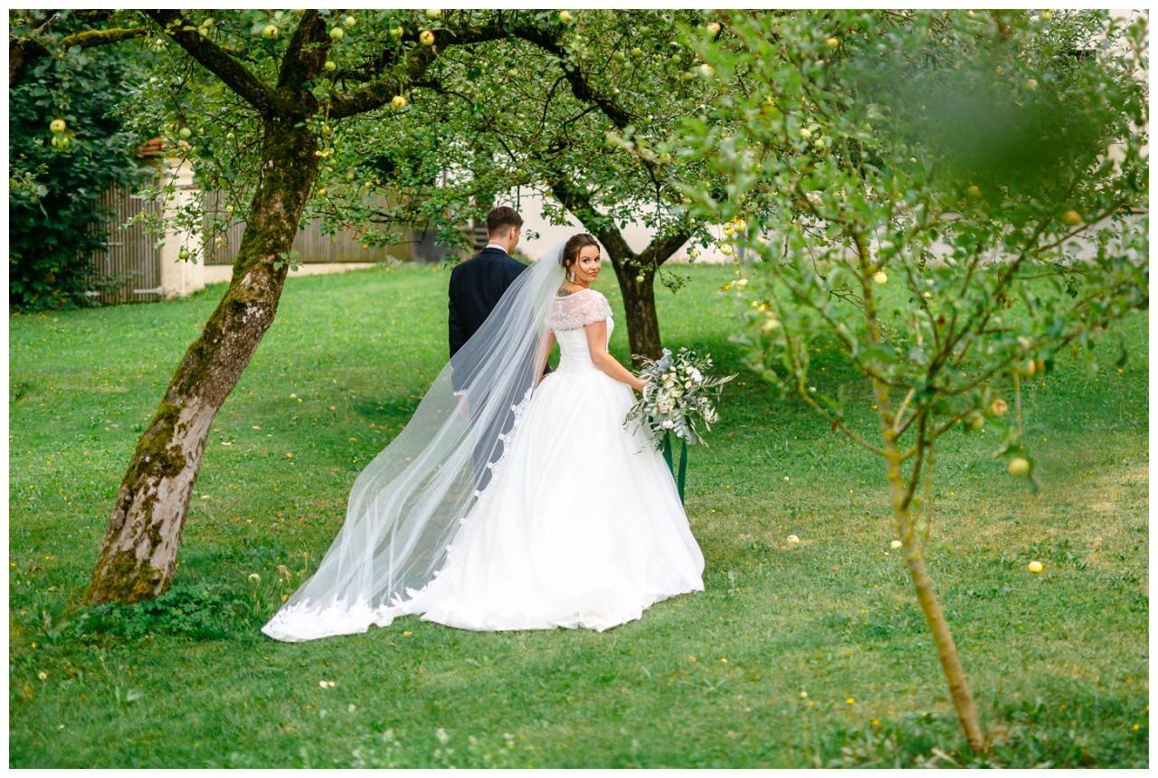 Hochzeitsfoto im Garten von Kloster Holzen.