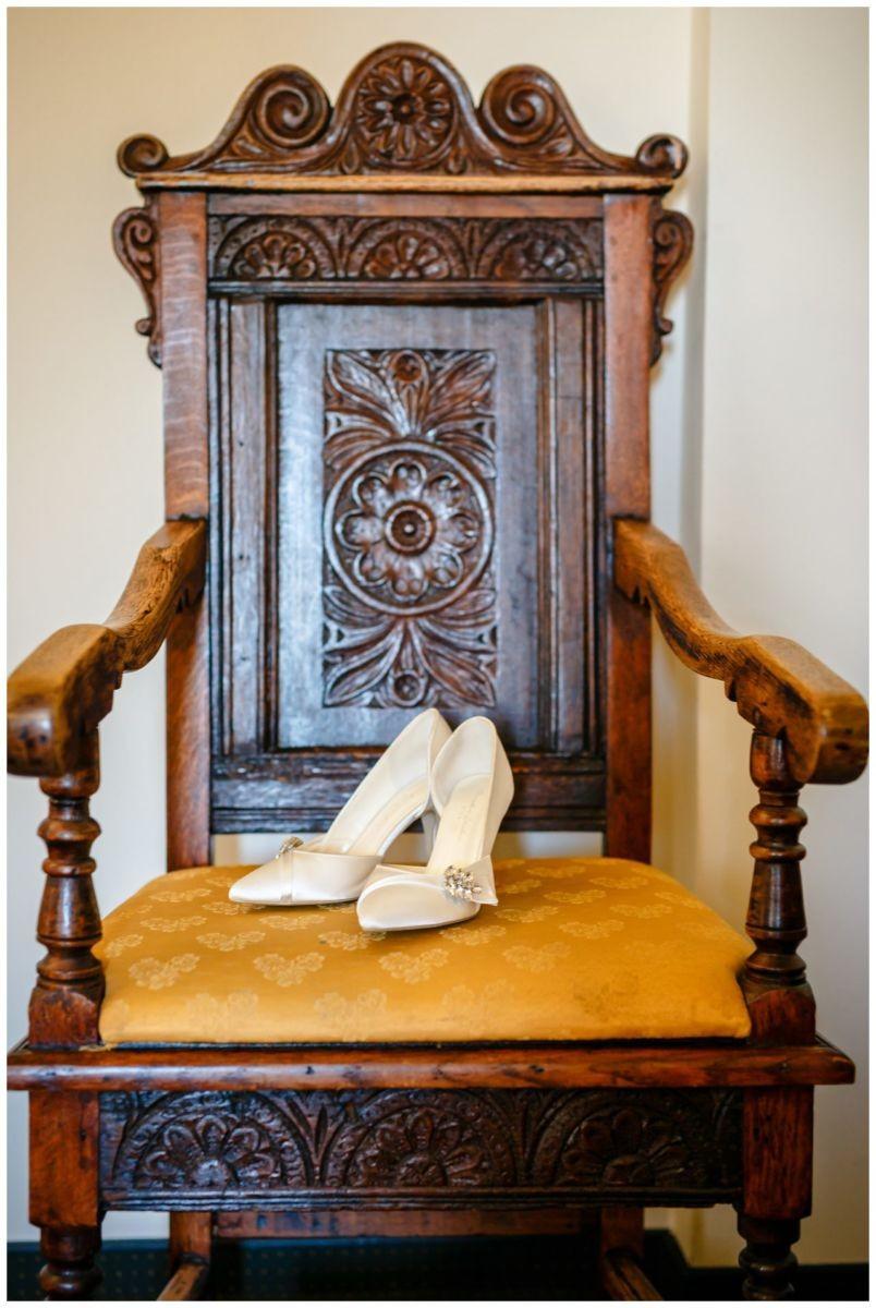 Die Brautschuhe auf einem alten Stuhl im Schloss Berge.