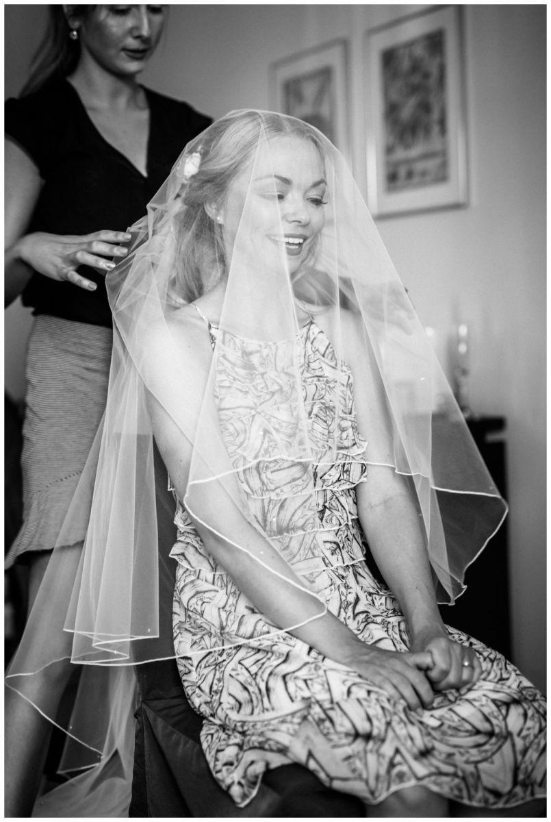 Die Braut bekommt ihren Schleier vor der Hochzeit auf Schloss Berge in Gelsenkirchen.