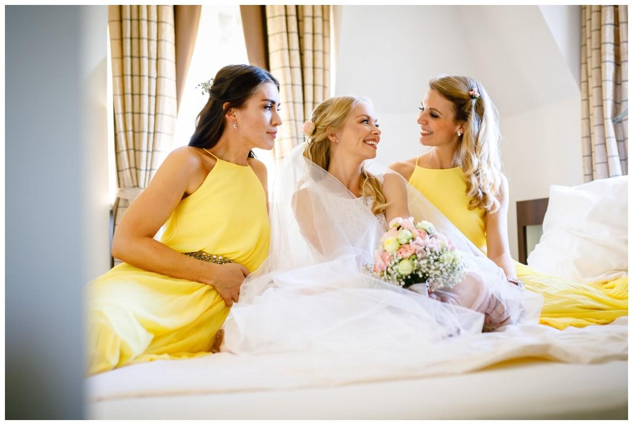 Foto mit den Freundinnen im Hotelzimmer vor der Hochzeit auf Schloss Berge in Gelsenkirchen.
