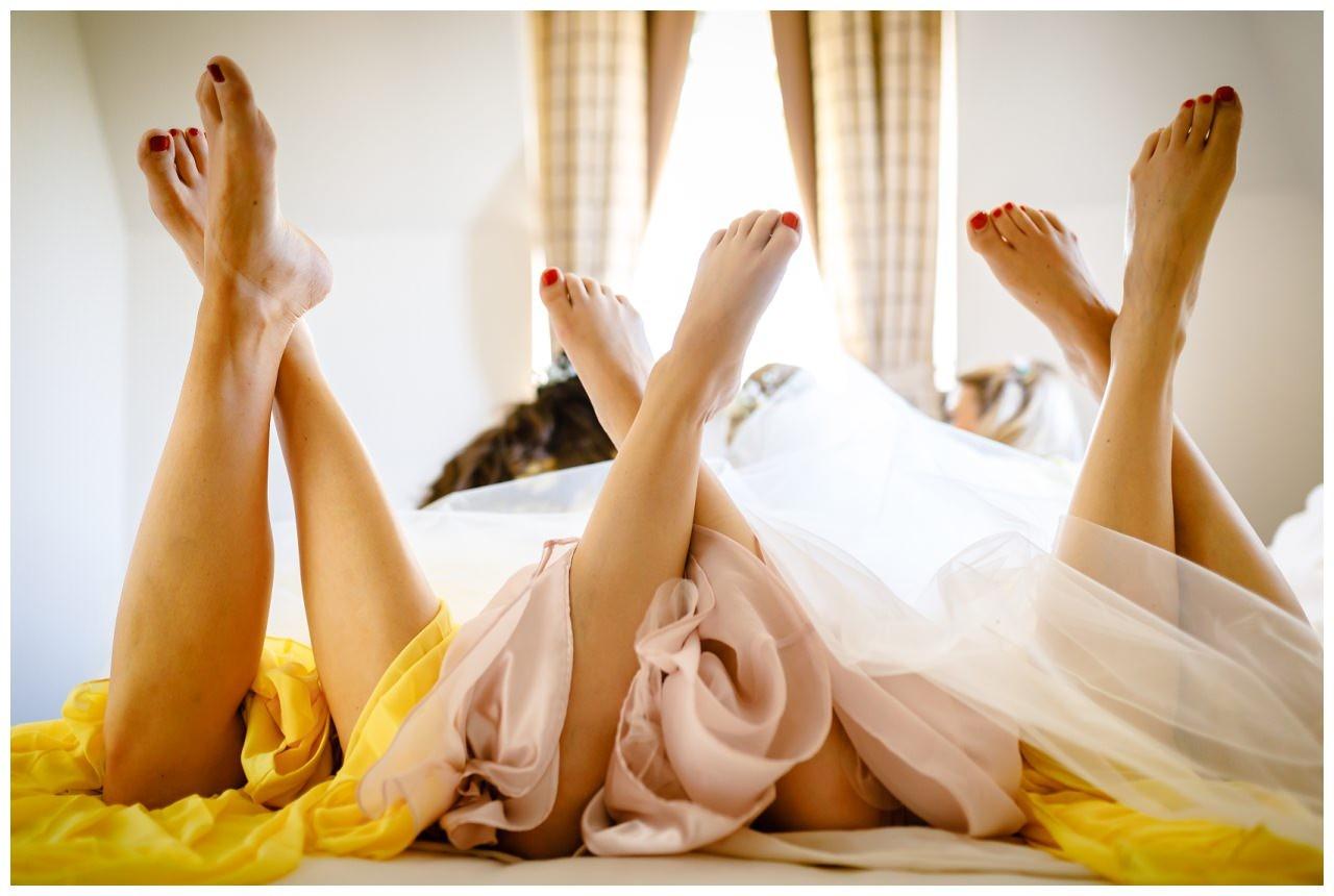Foto mit den Brautjungfern, man kann nur die Füße erkennen.