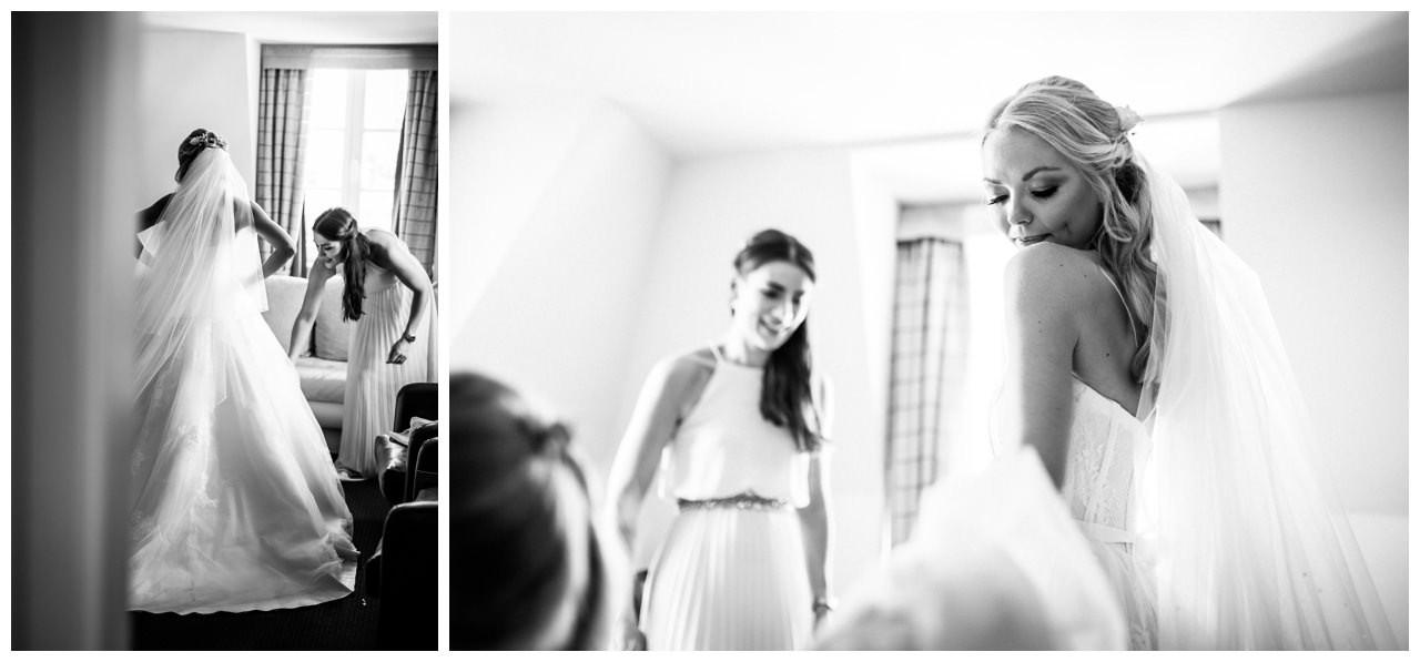 Die Braut schlüpft ins Kleid vor der Hochzeit auf Schloss Berge.