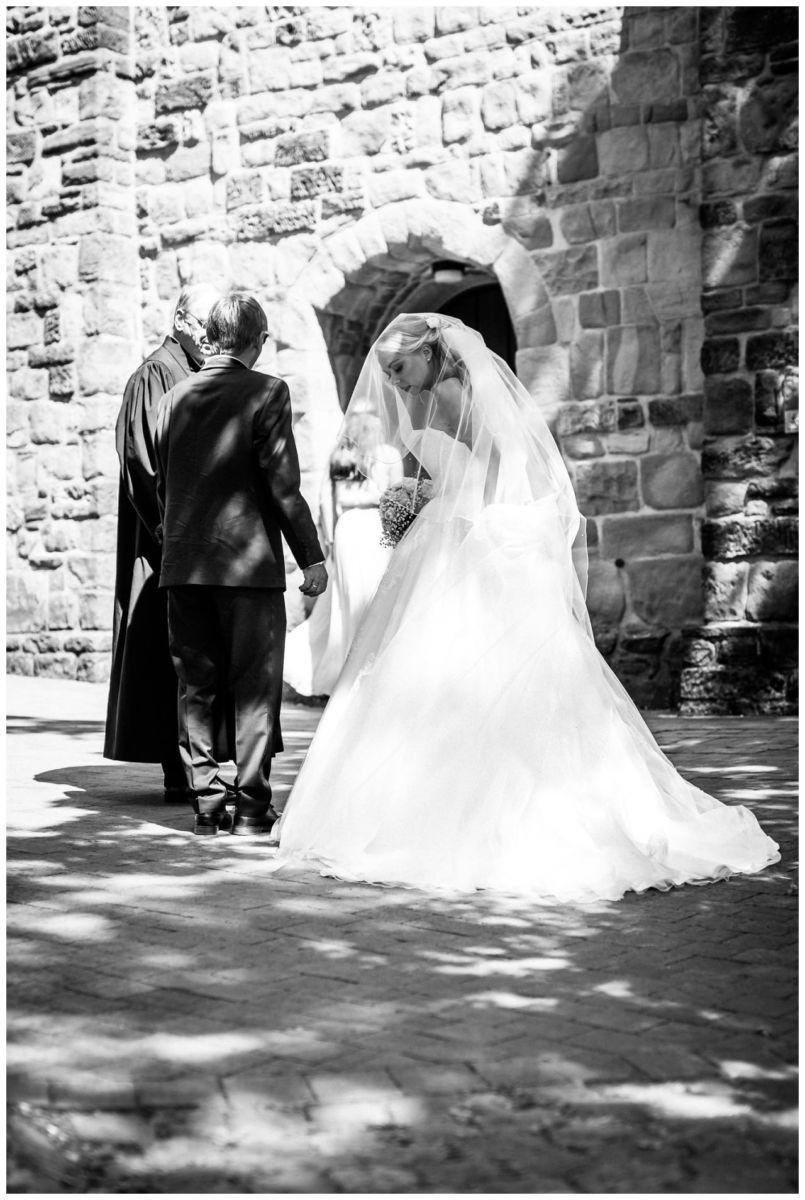 Die Braut und der Brautvater kurz vor der kirchlichen Hochzeit in der Stiepeler Dorfkirche in Bochum.